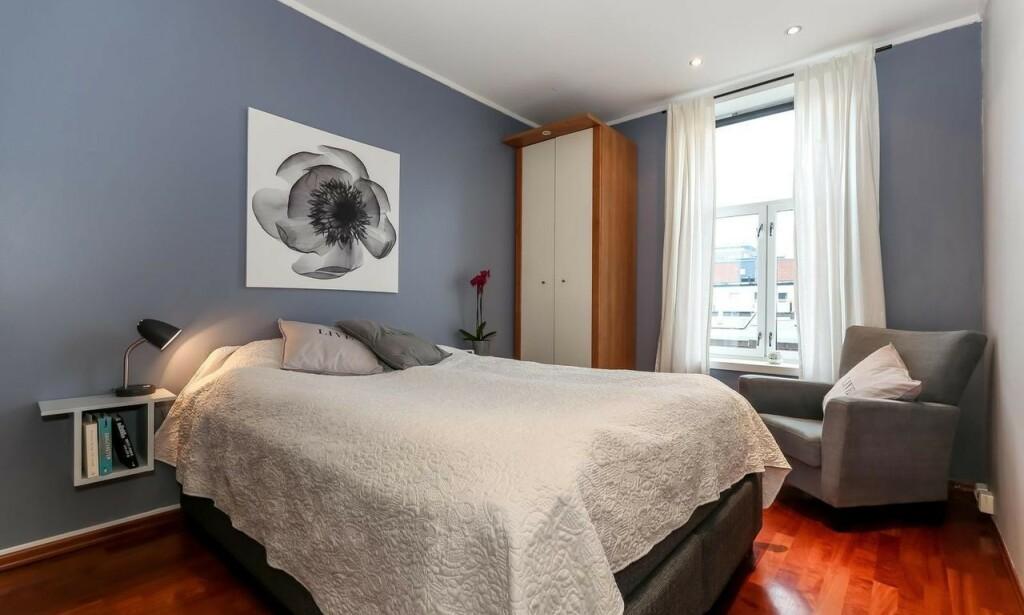 FØR OPPGRADERING: Soverommet hadde i utgangspunktet en behagelig farge på veggene, men med noen enkle grep, ble rommet som nytt.Foto: Inviso.