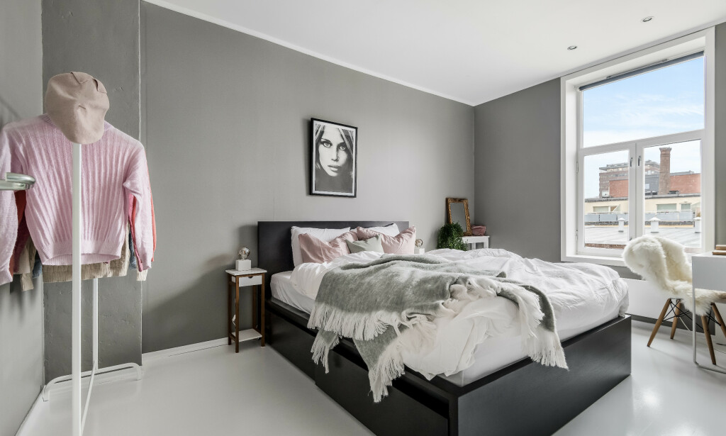 ETTER OPPGRADERING: Ny farge på vegger og gulv, ny sengeramme, bort med skap, gardiner og den store stolen. Inn med minimalistiske og moderne møbler. Så ser soverommet hakket mer innbydende ut.Foto: Inviso.