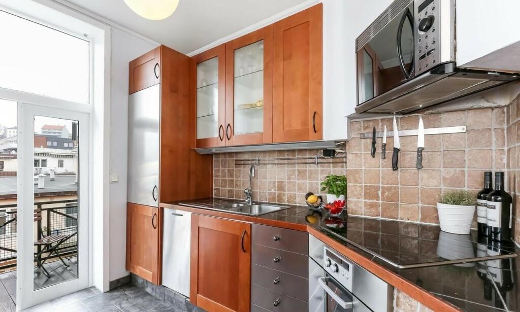 KJØKKENET FØR OPPUSSING: Dette kjøkkenet ble nytt med to enkle grep. Se etterbildet i artikkelen under! Foto: Inviso.