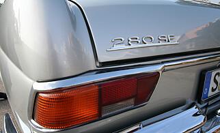 FORVIRRENDE: Det står 280, men faktum er at motoren er en 3.8 liters V8. Foto: Lord Arnstein Landsem