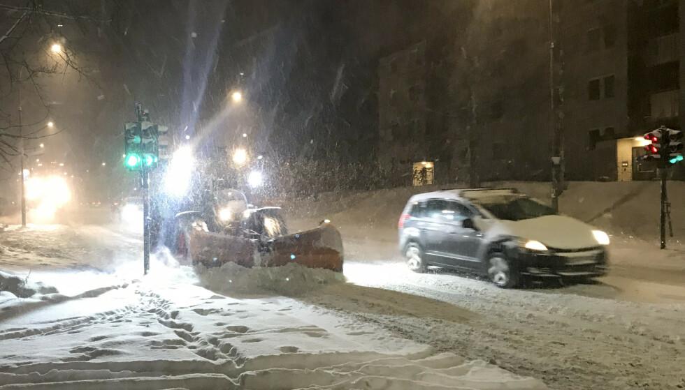 SNØKAOS: Mandag morgen og snøfall i Oslo. Hellerudveien brøytes på morgenkvisten. Foto: Jon Eeg / NTB scanpix