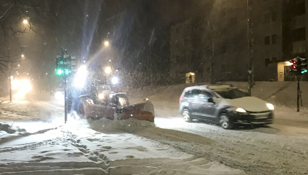 <strong>SNØKAOS:</strong> Mandag morgen og snøfall i Oslo. Hellerudveien brøytes på morgenkvisten. Foto: Jon Eeg / NTB scanpix