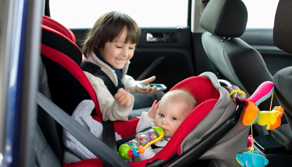 HVILKEN VEI?: De fleste vet hvilken vei de skal sette barnestolen i bilen, men ikke alle. Vet du? Svaret får du i saken. Foto: Shutterstock/NTB Scanpix.