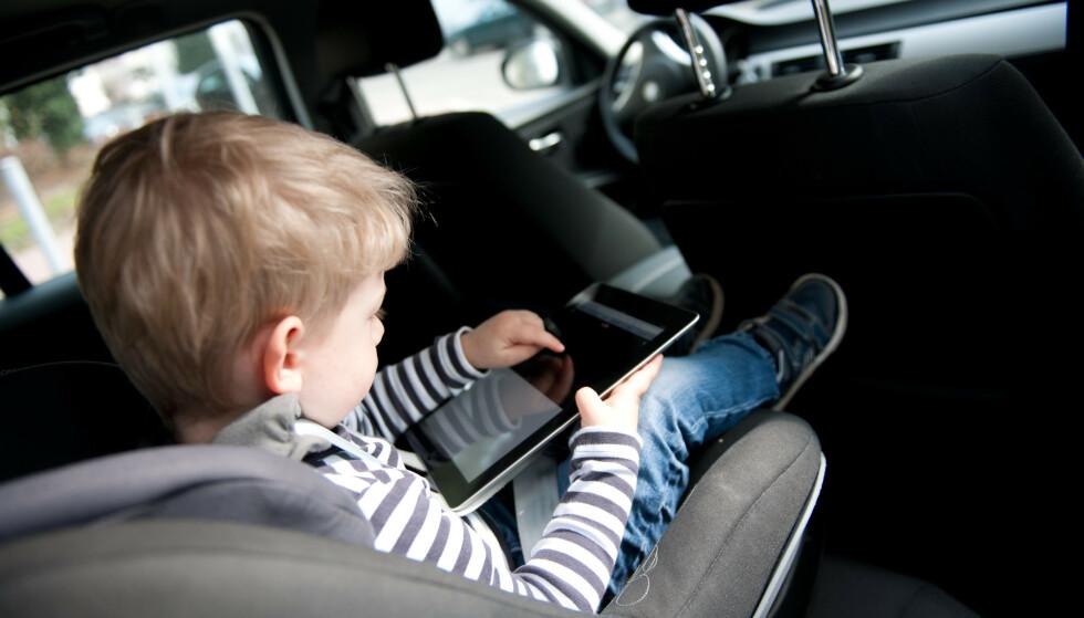 FEIL VEI: Små barn bør ikke sitte vendt framover i bilstolen når de er under fire år (som på bildet), og de kan fint sitte bakovervendt lenger enn den alderen også, ifølge Trygg Trafikk. Foto: Jan Haas/NTB Scanpix.