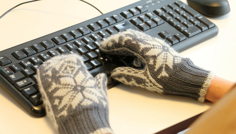 KALDT PÅ KONTORET? Det sier seg selv at det blir vanskelig å jobbe om det er for kaldt - ikke minst om du må beholde vottene på ... Foto: Kristin Sørdal