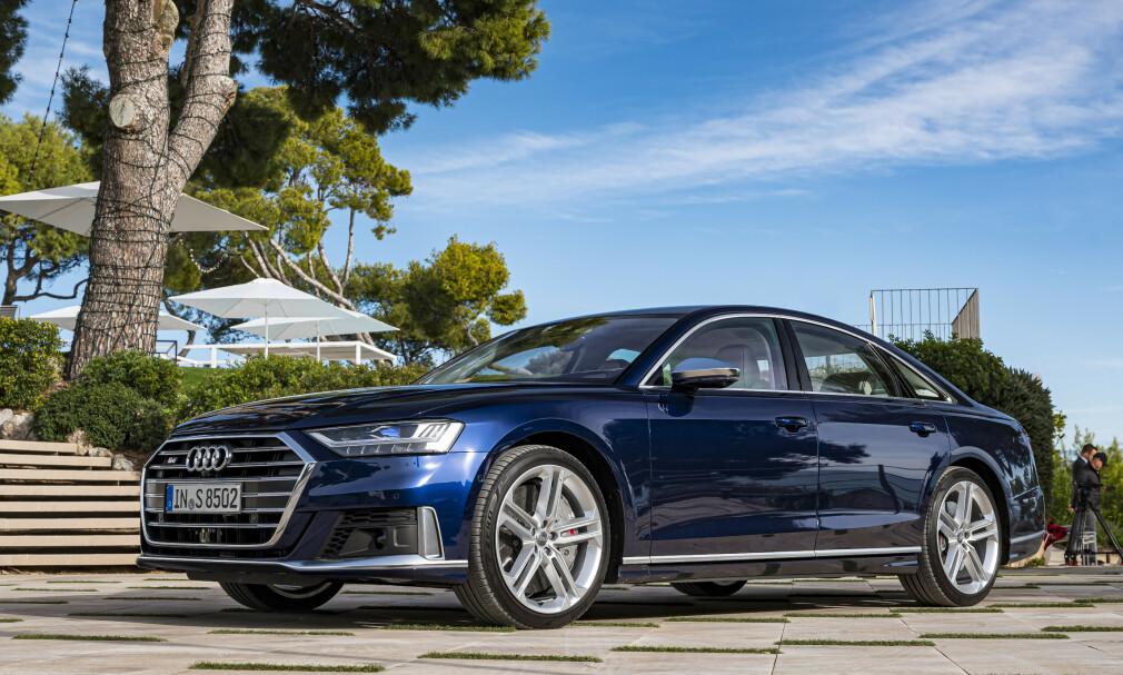 DISKRÉ: På avstand ser den nesten ut som en helt vanlig Audi A8 sedan. Men S8 er en teknologisk bombe, med en råsterk V8 under panseret og superbil-ytelser. Foto: Jamieson Pothecary
