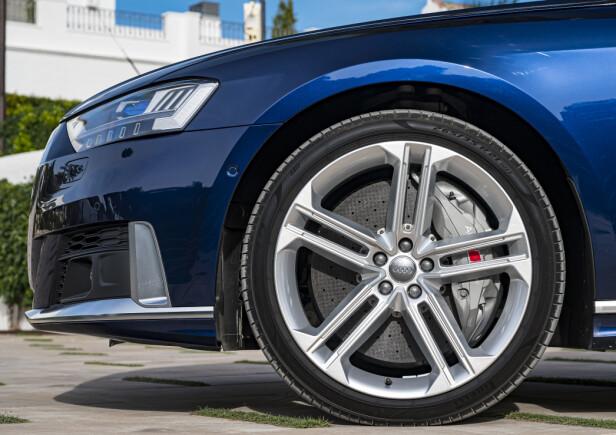 STOPPEKRAFT: Audi S8 kan utstyres med karbon-keramiske bremseskiver. 420 mm foran, og 370 mmm bak. Foto: Jamieson Pothecary