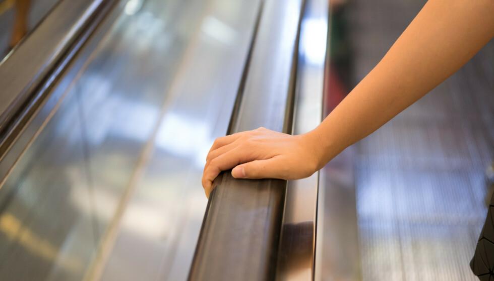 <strong>SMITTEKILDE:</strong> Ulike kontaktflater, som gelender i rulletrapper, er typiske smittekilder å være obs på. Foto: NTB Scanpix.