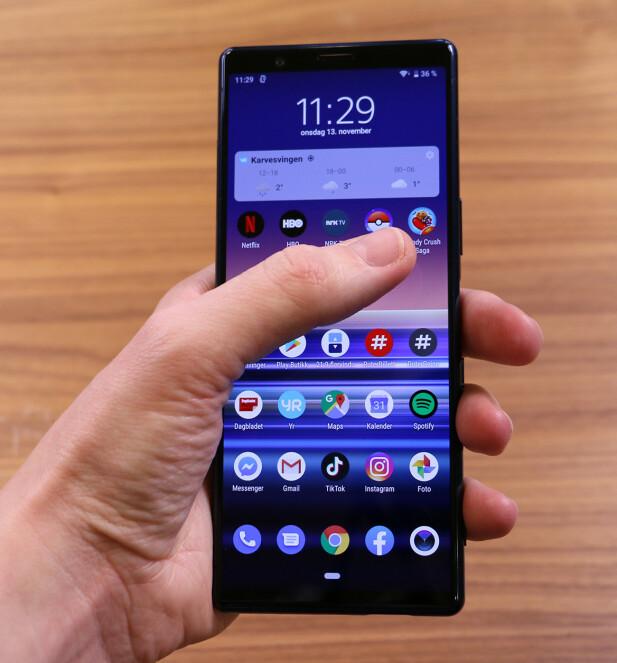 SLANK OG LANG: 21:9-formatet gjør Xperia 5 til en høy telefon, men den er også ganske slank når du holder den i hånda. Foto: Kirsti Østvang