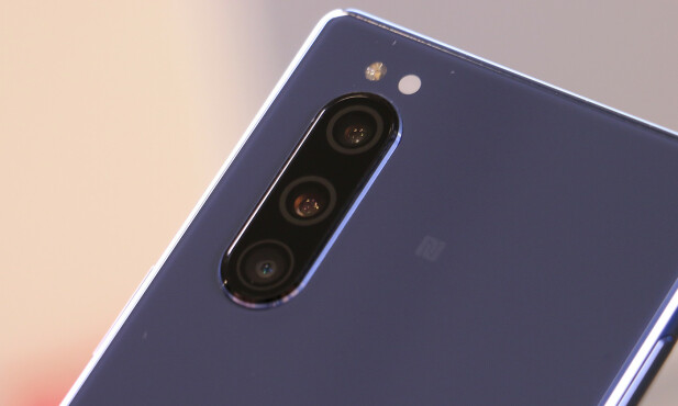 TRIPPEL: Det er populært med flere kameraer om dagen, og Sony har tre av dem på baksiden av Xperia 5. Foto: Kirsti Østvamg