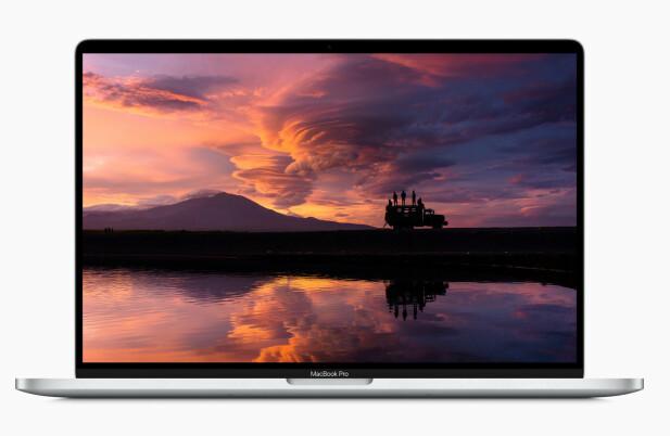 MER SKJERM, MINDRE RAMMER: Rammene rundt skjermen er smalere enn før, så selve maskinen er ikke så mye større enn forgjengeren. Foto: Apple