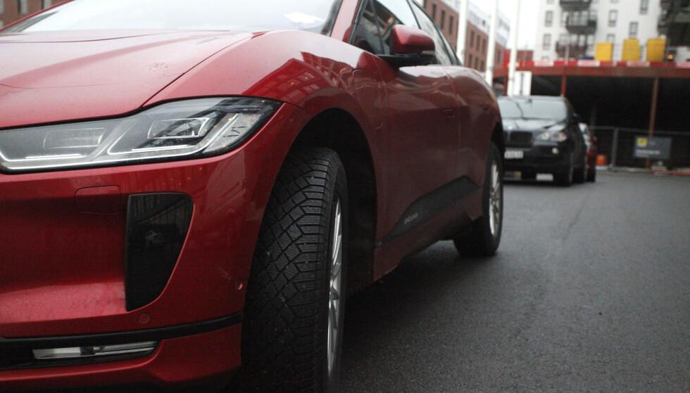 <strong>STORE FORADRINGER I BILFARGER:</strong> Mens majoriteten kjøper svart og grått, er røde biler i skuddet som aldri før. Foto: Øystein B. Fossum