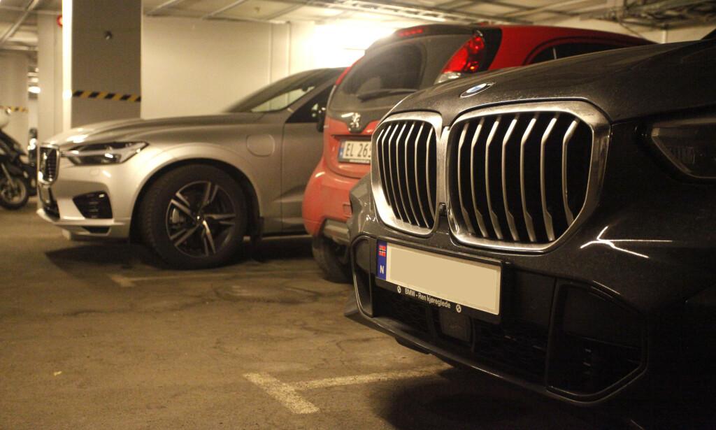 OPP- OG NEDTUR: Sølvfargede biler har stupt på nybilstatistikken, mens rødt går framover. Svart er nest mest solgt, til tross for en nedadgående tendens sammenlignet med 2014. Foto: Øystein B. Fossum