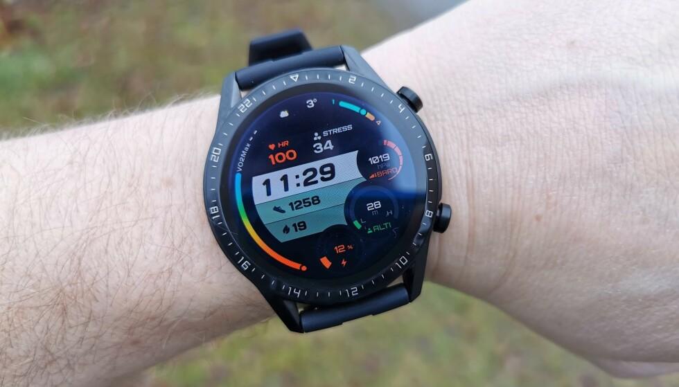 ALT PÅ EN SKJERM: Huawei Watch GT 2 har et par dusin urskiver å velge mellom. Med varianten over får du det meste av informasjon på ett skjermbilde. Foto: Pål Joakim Pollen