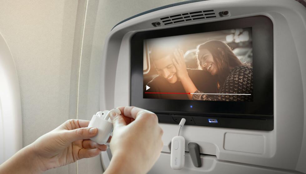 AIRPODS PÅ FLYET: Med AirFly Pro kan du koble til trådløse ørepropper som AirPods til underholdningssystemet på flyet. Foto: TwelveSouth