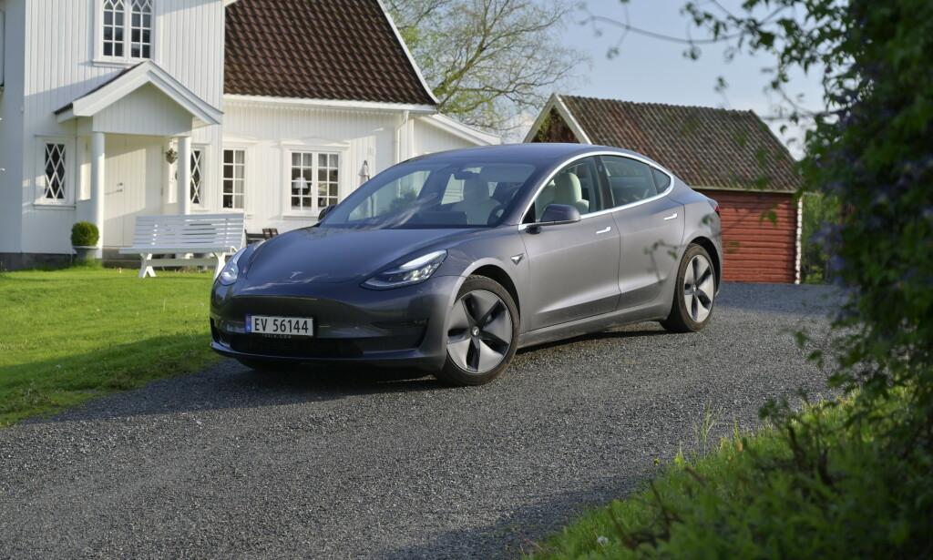 EN NY EPOKE: Dette er Norges mest solgte bilmodell i 2019. Med hele 15.473 nye registrerte Tesla Model 3 (per 27. desember 2019), er det bare Volkswagen som har klart et høyere antall tidligere, med Bobla i 1969 (16.706 biler), og Golf i 2015 (16.388). Uansett er dette selvsagt tidenes mest registrerte elbil i løpet av et år og den har bare brukt ett år på å bli den sjette mest vanlige elbilen på norske veier. Foto: Rune M. Nesheim