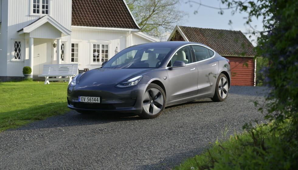 <strong>EN NY EPOKE:</strong> Dette er Norges mest solgte bilmodell i 2019. Med hele 15.473 nye registrerte Tesla Model 3 (per 27. desember 2019), er det bare Volkswagen som har klart et høyere antall tidligere, med Bobla i 1969 (16.706 biler), og Golf i 2015 (16.388). Uansett er dette selvsagt tidenes mest registrerte elbil i løpet av et år og den har bare brukt ett år på å bli den sjette mest vanlige elbilen på norske veier. Foto: Rune M. Nesheim