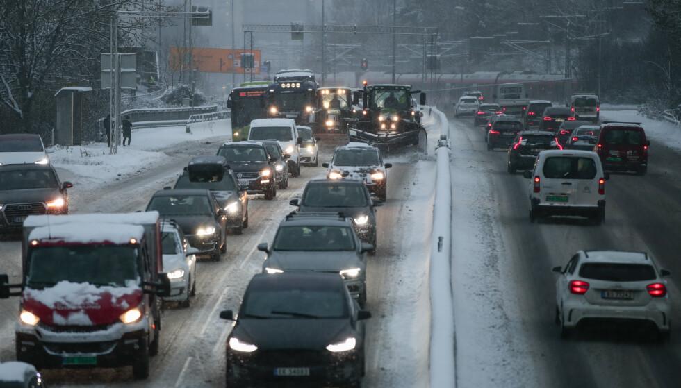 GLASSFARE: På motorveiene i Oslo og Viken er det klart størst sjanse for å få steinsprut i frontruta. Her er det godt over dobbelt så stor sjanse for glasskader som i Vestland. Foto: Lise Åserud / NTB