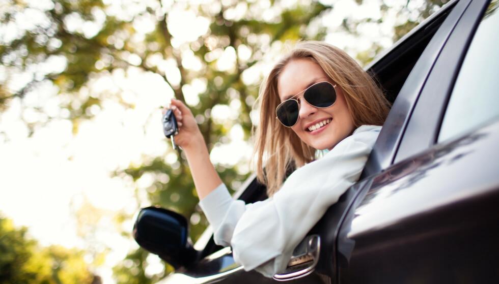 <strong>- LA DAMA KJØPE BILEN:</strong> Oppfordringen kommer fra Forbrukerrådet, etter en undersøkelse blant tusen brukbilselgere og tusen brukbilkjøpere. Kvinner tar færre sjanser når de skal kjøpe bruktbil. Foto: Shutterstock/NTB scanpix