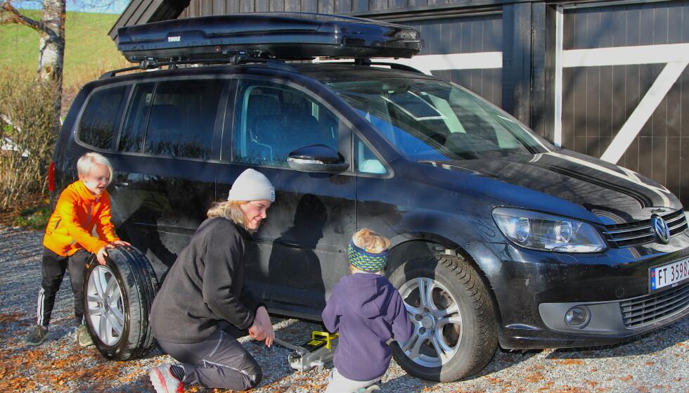 SPARER MYE: – Ved å gjøre en del enkle tiltak, som å tanke når diesel er billigst, kjøre brukbil, sjekke prisen på forsikring og skifte hjul selv, sparer vi mange tusen kroner i året, sier Marie K. Evensen. Her med god hjelp fra barna Iver og Oskar. Foto Rune Korsvoll