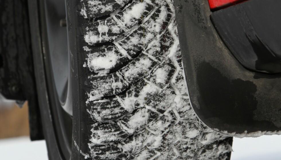 SJEKK DEKKPRISEN: En rask ringerunde avslørte prisforskjell på 1.500 kroner for de beste vinterdekkene til en VW Touran. Til en Audi A4 var forskjellen 3.800 kroner. Foto: Rune Korsvoll