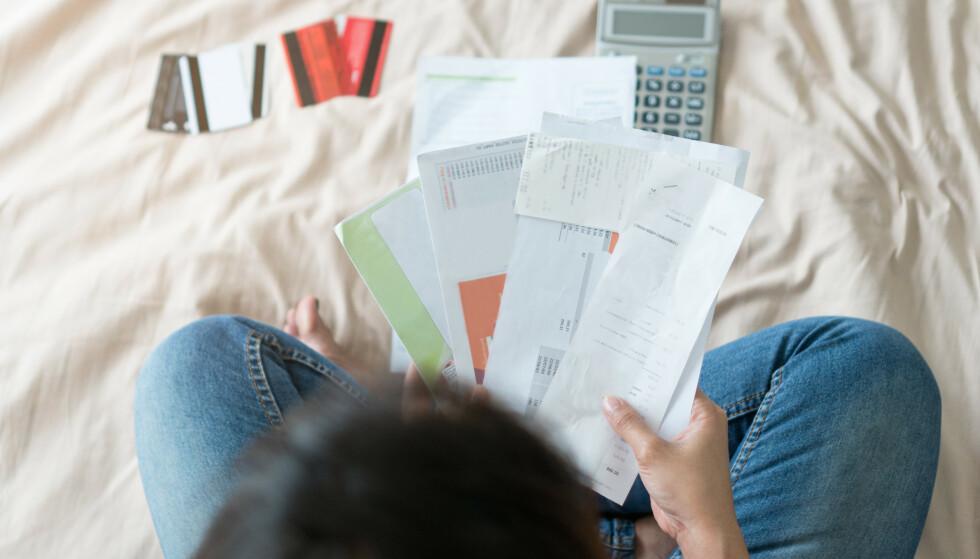 DEN SURE SVIE: Tok det litt av under black friday og resten av julehandelen? I disse dager dumper kredittkort-regningene ned i postkassen, og du gjør lurt i å betale hele beløpet i ett jafs. Hvis ikke du klarer det, bør du legge en god plan. Foto: Shutterstock/NTB scanpix.