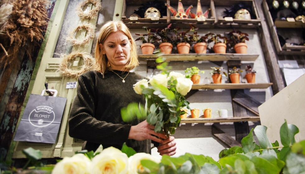 LANG LEVETID: Blomsterdekoratør Trine Olafsrud forteller at om man steller riktig med plantene, så kan de leve i veldig mange år. Foto: Runa Leinan