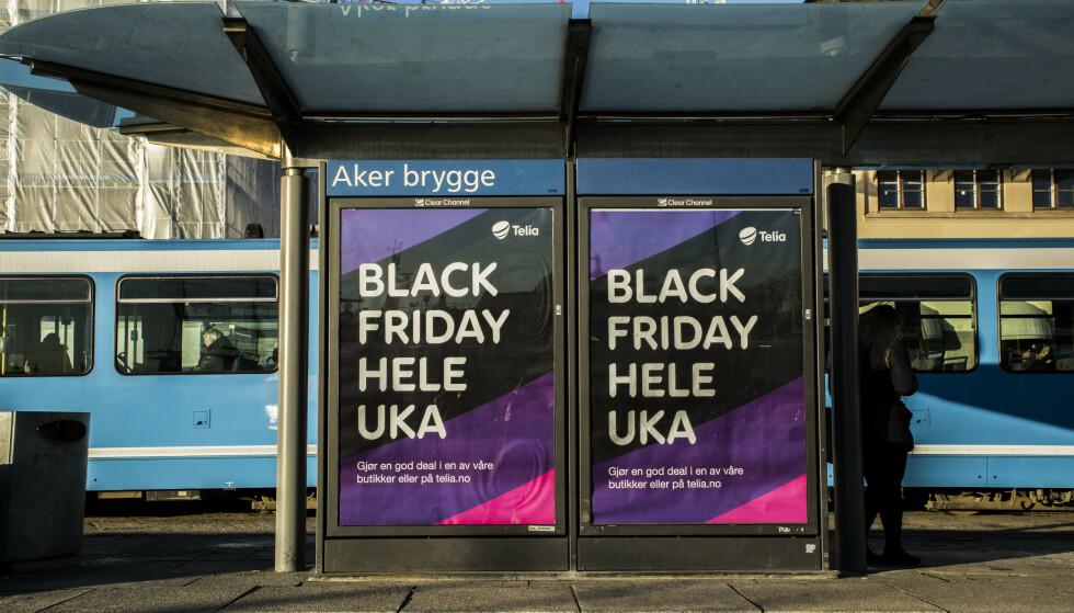 IKKE BARE ÉN DAG: Black friday varer stadig lenger. Fra å begrense seg til én dag, har den blitt til ei uka, i noen tilfeller også én måned. Da er det lett å gjøre ett kjøp for mye. Foto: Mariam Butt/NTB Scanpix.