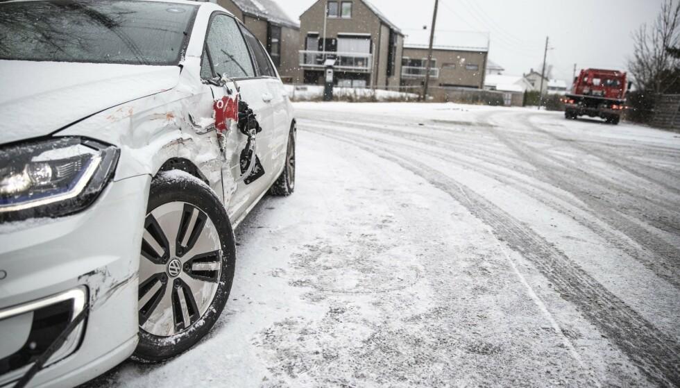 DYRT: Forsikringsselskapene har fått krav på rundt 100 millioner kroner fra norske bilister etter det første snøfallet i år. Denne bilen hadde et uheldig møte med en buss. Foto: Stian Lysberg Solum / NTB Scanpix