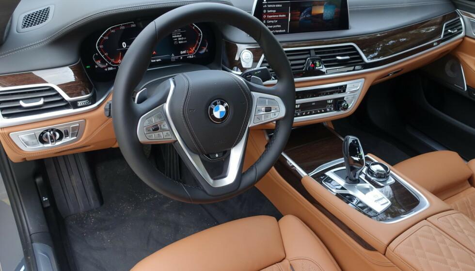 MYE BLIR STANDARD: Det er ikke mange bilprodusenter som kan måle seg med ekstrautstyret til tyske premiummodeller, som BMW 7-serie her. Men fra 2022 vil det komme en mengde av nye sikkerhetsregler for nye biler, som igjen krever mye standard sikkerhetsutstyr. Foto: Knut Moberg
