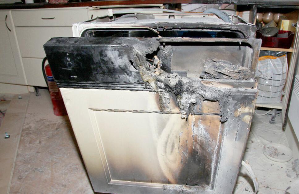 BRANN-VERSTING: Bildet viser en oppvaskmaskin som har tatt fyr. Foto: Energi Norge / Det lokale eltilsyn