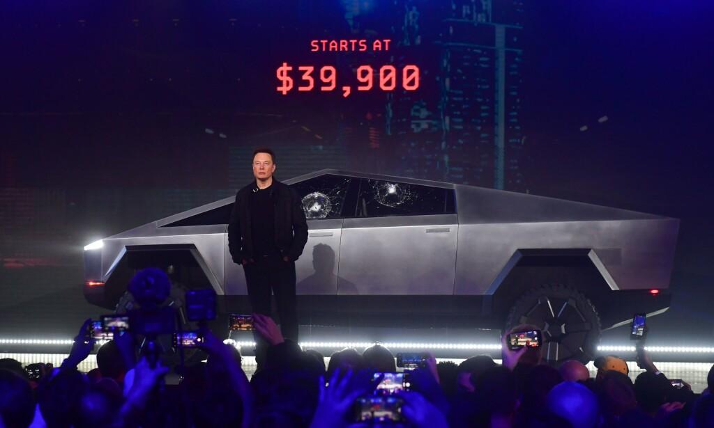 AVDUKET: Her viser Tesla-sjefen Elon Musk frem Cybertruck ved Teslas designcenter i Hawthorne, Clifornia, den 21. november i år. Foto: FREDERIC J. BROWN / AFP)