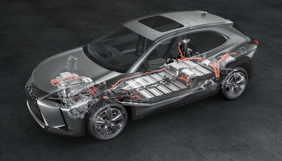 LAVT TYNGDEPUNKT: Som alle moderne elbiler, har UX 300e batteripakken plassert mellom akslingene i bunnen av bilen. Noe av plassen har man tatt fra bakkeklaringen, som er redusert fra 16 til 14 centinmeter. Foto: Lexus