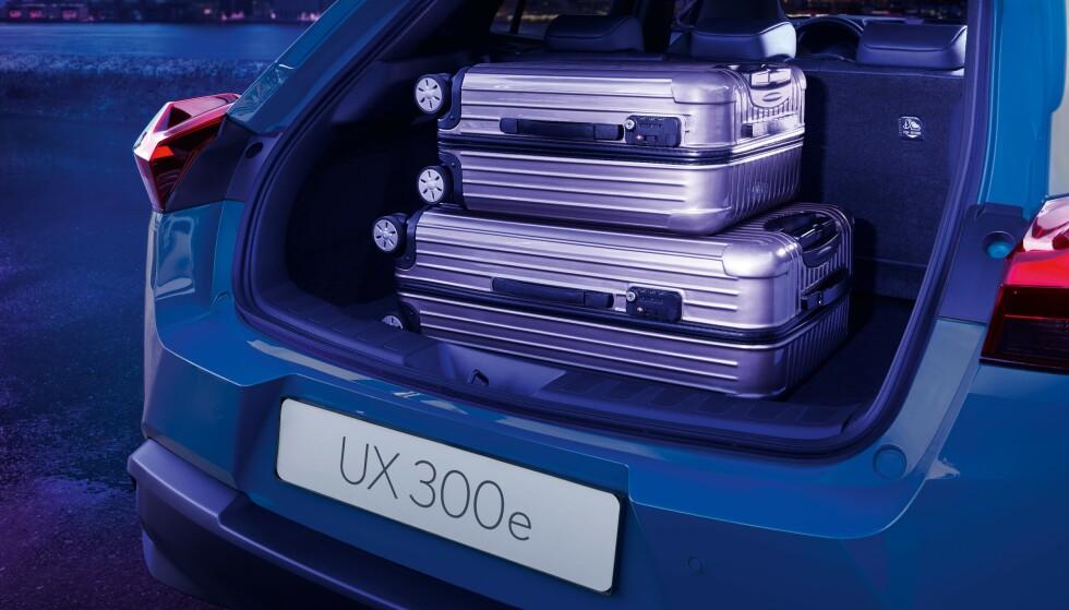 LITT MER: 367 liter kan UX 300e laste her bak, mot 320 liter for hybriden. Foto: Lexus