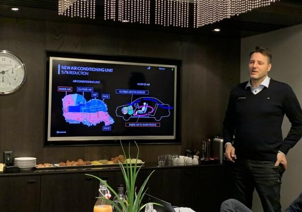 PRESENTERT I DAG: Det var på et pressemøte 22. november Rune Brath, leder for produktseksjonen hos Toyota, ga oss den tekniske oversikten over den nye, og første, elbilen til Lexus. Foto: Knut Moberg