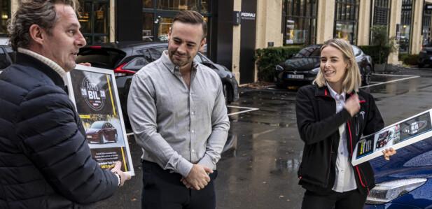 2 GANGER HURRA: Axel Tangen mottar prisen for Årets Bil på vegne av Tesla. I forrige uke ble de dessuten Lesernes favoritt, noe Nora Wisløff Egenæs holder et synlig bevis for. Foto: Jamieson Pothecary.