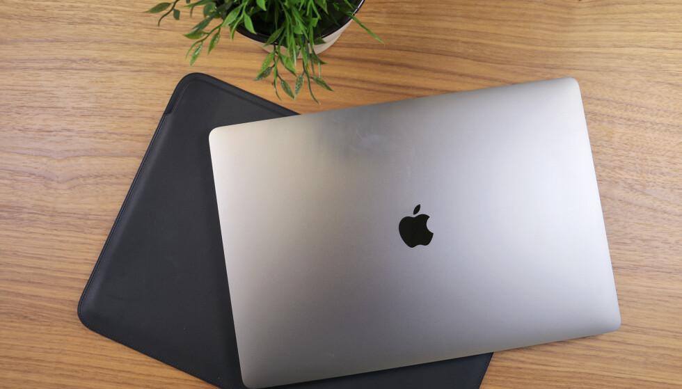 SOLID OG ELEGANT: MacBook Pro er en lekker bærbar i svært god byggekvalitet. Foto: Kirsti Østvang