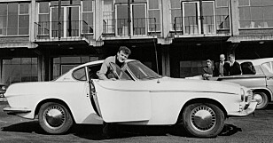 ORIGINALEN: Volvo P1800 var en kjendisbil på 60-tallet; her med fotballstjernen i Leeds United, Billy Bremner. Foto: ANL/REX (9073860a)