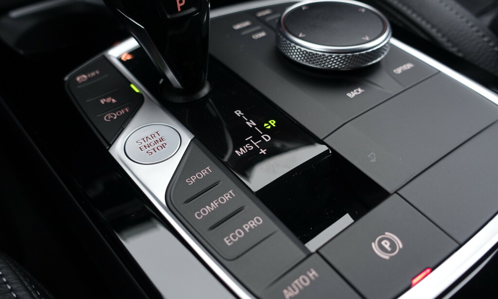 e-DRIVE: BMW er deilig for de som ikke liker fettmerker på skjermen. Alt styres fra hjulet. Man skriver tall og tegn med fingeren på toppen av hjulet til adresser etc. Genialt. Foto: Rune M. Nesheim