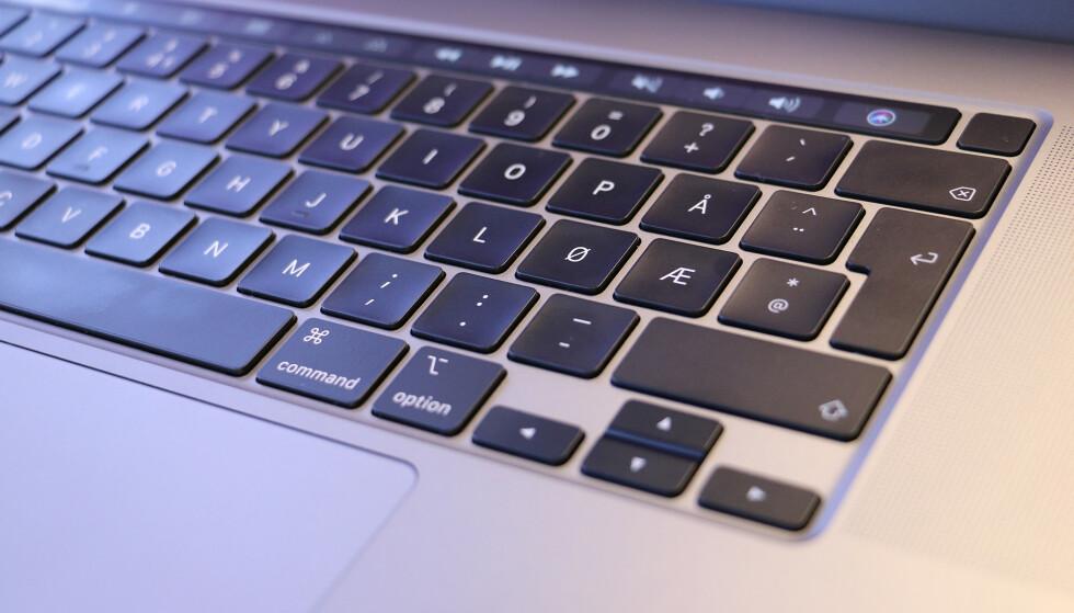 IKKE SÅ FLATE: Tastene på Apples nye tastatur er ikke så flate som på det forrige, men det har relativt kort tastevandring. Foto: Kirsti Østvang