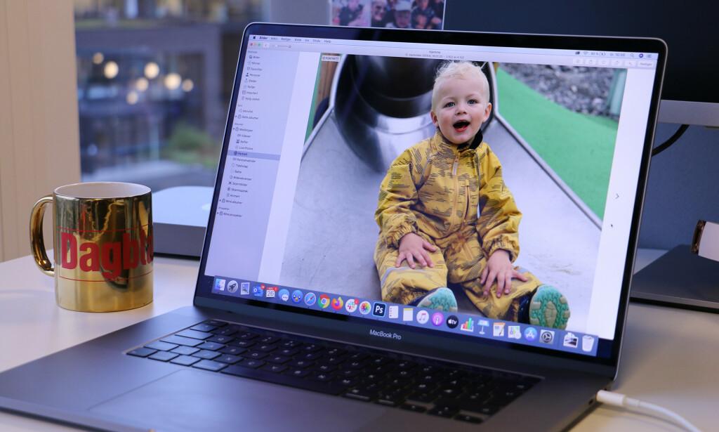 SMALERE RAMMER: Endelig har Apple slanket rammene rundt skjermen på MacBook Pro. Det finnes bærbare PC-er med enda tynnere rammer igjen, men da er som regel webkameraet plassert et annet sted enn i toppen - som er tilfellet på denne maskinen. Foto: Kirsti Østvang