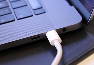 HODETELEFON-UTGANG: I tillegg til de fire USB-C-portene, har MacBook Pro også en hodetelefon-utgang. Foto: Kirsti Østvang