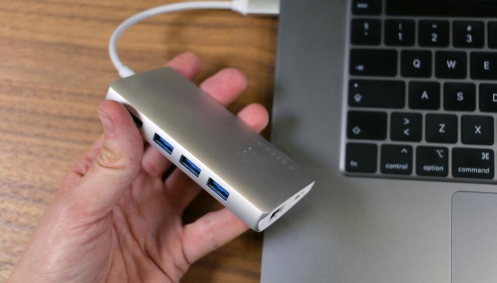 REDNINGEN: Med denne multiport-adapteren fra Satechi får vi både minnekortleser til både mini-SD- og mikro-SD-kort, i tillegg til HDMI-inngang, Gigabit Ethernet og tre standard USB-porter i tillegg til én USB-C. Foto: Kirsti Østvang