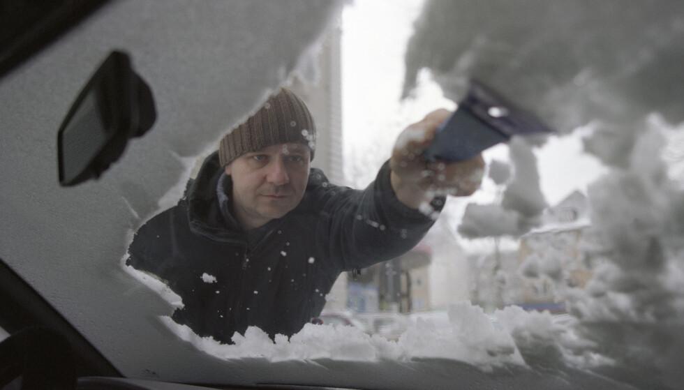 DÅRLIG SIKT? Pass på å koste bilen før du kjører - og ikke inne i tunnelene, slik enkelte gjør. Foto: NTB Scanpix