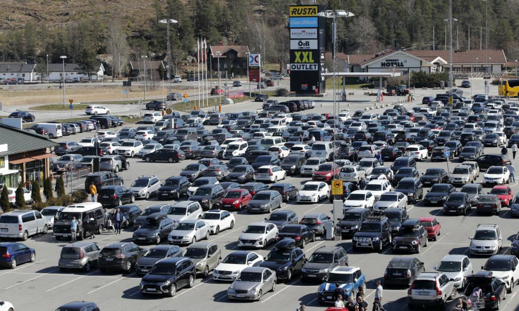 HVOR ER BESTE PARKERING? Amerikanske forskere har sett nærmere på om det lønner seg å lete etter den beste parkeringen eller ta en parkering langt unna inngangen, når man for eksempel er på svenskehandel, som her ved Norby Köpcenter, nær Svinesund. Foto: NTB Scanpix