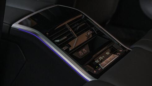 MIDTKONSOLL BAK: 8-serien har fire klimasoner, og passasjerene kan styre selv hvordan de vil har det fra betjeningspanelet mellom baksetene. Foto: Jamieson Pothecary