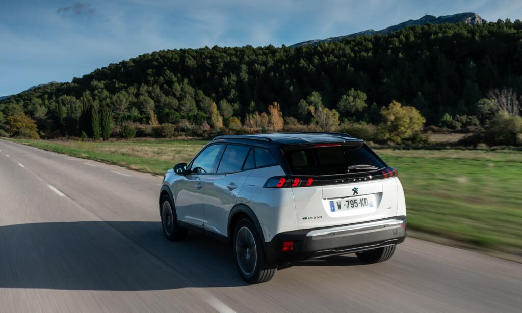 PRISGUNSTIG: Peugeot e-2008 er bare sju centimeter kortere enn Kia e-Niro, men kan få en pris som er nesten 100.000 kroner billigere. Foto: Peugeot