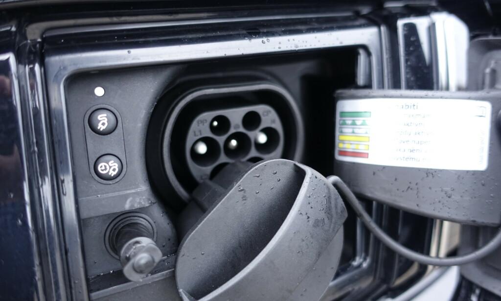 Vi hadde vært glade for å slippe å trekke ut og sette inn denne proppen hver eneste gang man skal lade bilen. Mange har løst det med pakning på lokket i stedet. Foto: Rune M. Nesheim