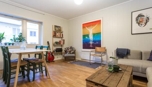 STUA: Det er ikke helt tomt hos en minimalist, Jacob Mørch har sofa, spisestue og diverse pynt i leiligheten. Foto: Privat