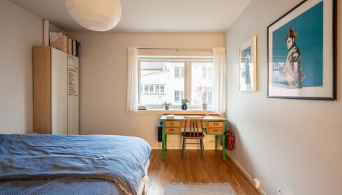 PÅ SOVEROMMET: Her har Mørch både et skrivebord og en klesskap i tillegg til en seng. Foto: Privat
